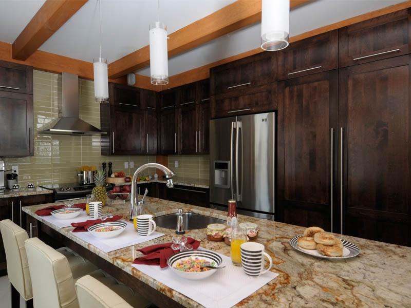 Chambre Rose Bonbon Et Blanc :  offre des couleurs vives pour une ambiance de cuisine très moderne