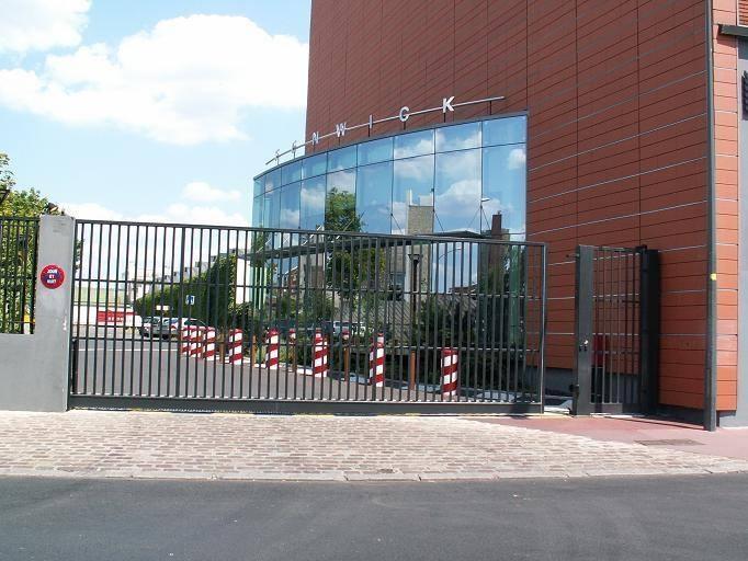 Accessoires des portes coulissantes for Porte metallique exterieure